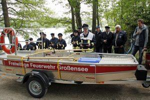 Gemeindewehrführer Frank Claren (m) stellt das neue Rettungsboot am Ufer des Großensees den Gästen vor, rechts Bürgermeister Karsten Lindemann-Eggers