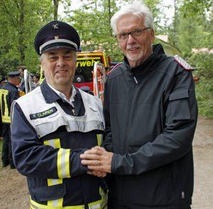 Amtswehrführer Jochen Weno (r) gratuliert Gemeindewehrführer Frank Claren für die Neuanschaffung des Rettungsbootes.